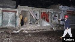Para petugas keamanan meninjau wilayah bom bunuh diri di Rawalpindi, sekat Islamabad, Pakistan (21/11). Sedikitnya 23 tewas dan 62 lainnya terluka dalam insiden tersebut.