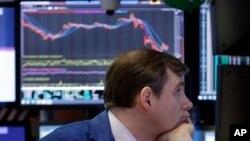 Las compañías industriales y tecnológicas sufrieron las peores pérdidas, mientras los bancos cayeron junto con las tasas de interés.