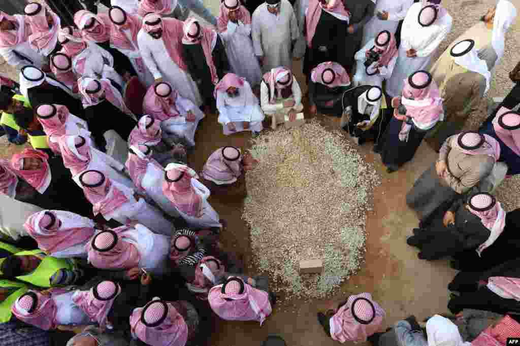 Mourners gather around the grave of Saudi Arabia's King Abdullah at the Al-Oud cemetery in Riyadh following his death in the early hours of the morning. Foreign leaders gathered in the Saudi capital for the funeral of the ruler of the world's top oil exporter and the spiritual home of Islam.
