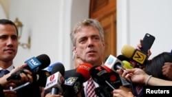 資料照:德國大使克里納在加拉加斯的一次記者會上講話,他身邊是委內瑞拉反對派領袖瓜伊多。 (2019年2月19日)