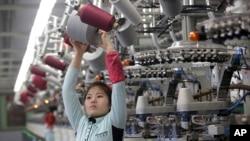 朝鲜平壤的一家纺织工厂(资料照片)