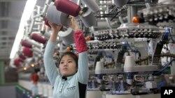 朝鲜的一名女工在平壤袜厂工作(2017年1月9日)