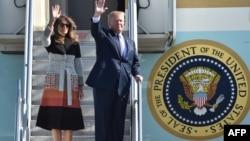 美国总统川普和第一夫人梅拉尼亚乘坐空军一号星期日抵达日本东京郊外的横田空军基地,开启他的首次亚洲之行。 (2017年11月5日)