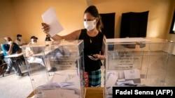 Une femme se prépare à voter lors des élections législatives et locales du Maroc dans la capitale Rabat, le 8 septembre 2021.