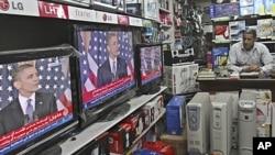 ایک فلسطینی ٹیلی ویژن پر صدر اوباما کی تقریر سن رہاہے