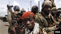 Pasukan pendukung Presiden terpilih Alassane Ouattara saat bersiap mengepung istana Presiden di ibukota Abidjan (2/4).