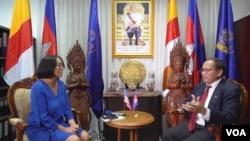 柬埔寨政府发言人派西潘在位于总理府的办公室接受美国之音的专访。(2019年8月22日)