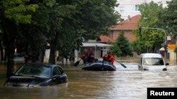 18일 세르비아 오브레노바치가 폭우와 홍수로 물에 잠긴 가운데, 소방관들이 구명보트를 타고 고립된 시민들을 구조하고 있다.
