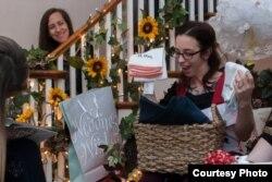 Поки пара була в лікарні, мама нареченої та сестри нареченого організували для Ешлі вечірку-сюрприз, на яку запросили рідних та друзів