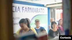 Personas hacen fila para comprar medicina en Farmarato, farmacia en el corazón de un populosobarrio aloestede Caracas, Venezuela. Foto: Camilo Paparoni.