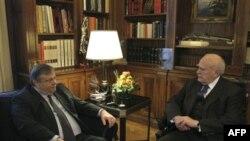 Grčki ministar finansija, Evangelos Venicelos (levo) i grčki predsednik Karlos Papuljas razgovarali o načinima za postizanje dogovora unutar parlamenta o merama štednje, 15. februar 2012.