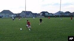 伍德伯恩市高中男子足球队在练球