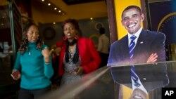 Hình của Tổng thống Mỹ Barack Obama được trưng tại một tiệm cà phê ở Nairobi, Kenya, nơi ông sắp có chuyến công du tới đây.