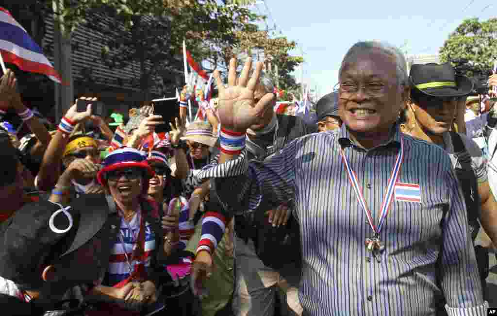 Anti-government protest leader Suthep Thaugsuban waves to supporters during a rally in Bangkok, Jan. 13, 2014.