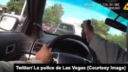 La police de Las Vegas, dans l'ouest des Etats-Unis, a diffusé les images de la caméra piéton d'un policier tirant à travers son pare-brise sur des fuyards lors d'une course-poursuite dans la ville, 17 juillet 2018. (Twitter/ La police de Las Vegas)