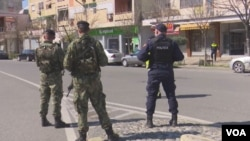 Polisi berpatroli untuk memeriksa aturan keamanan saat diberlakukannya 'lockdown' untuk mencegah penyebaran virus corona. (Foto: dok).