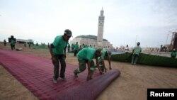 Des ouvriers posent un tapis de prière avant le jour saint Laylat al-Qadr lors du ramadan, à Casablanca, au Maroc, le 13 juillet 2015.