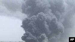 나토의 폭격으로 연기가 솟아오르는 트리폴리