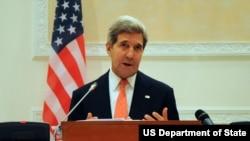 Ngoại trưởng Hoa Kỳ John Kerry nói chuyện tại một buổi họp báo