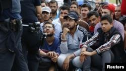 گروهی از پناهجویان، که عمدتا از کشورهای خاور میانه می آیند، در انتظار عبور از مرز اتریش و ورود به آلمان هستند - ۱۷ سپتامبر ۲۰۱۵