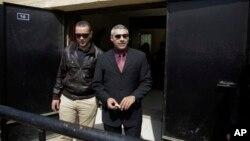 Dua wartawan stasiun televisi Al Jazeera, Baher Mohammed (kiri) dan Mohammed Fahmy keluar dari pengadilan di Kairo, Mesir (8/3).