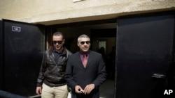 加拿大籍埃及人莫哈米德.法赫米(右);和埃及人巴赫爾.莫哈米德(左)今年3月離開埃及一家法院。
