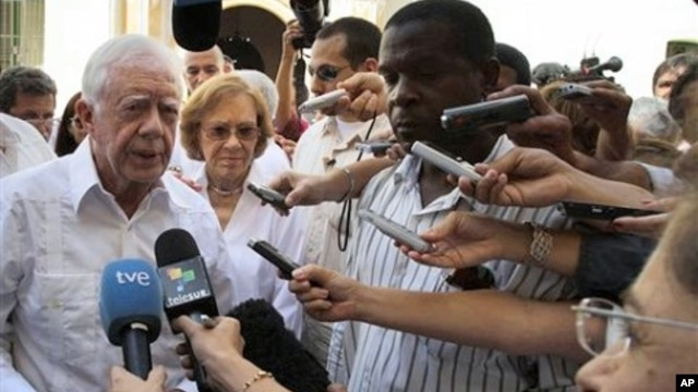 FILE - Former President Jimmy Carter (l) speaks with journalists, after visiting the Belen convent in Old Havana, Cuba, March 2011.
