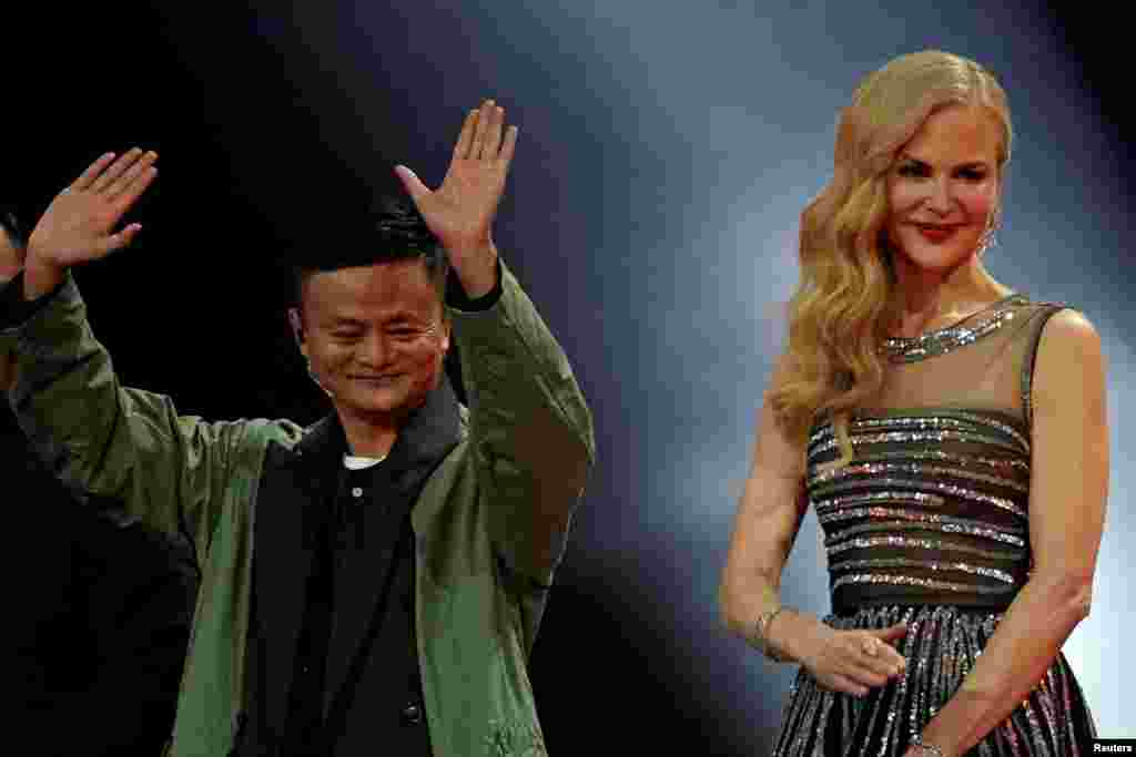 """2017年11月10日阿里巴巴集团董事会主席马云和演员妮可·基德曼在阿里巴巴集团在上海举行的""""11.11光棍节""""全球购物节上亮相。"""