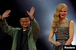마윈(왼쪽) 알리바바 회장이 지난해 11월 중국 상하이에서 열린 광군제 행사에서 배우 니콜 키드먼과 함께 인사하고 있다.