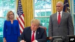 El presidente de EE.UU., Donald Trump, firma una orden ejecutivas para mantener a las familias unidas en la frontera, pero dijo que la política de cero tolerancia continuará. Junio 19 de 2018.