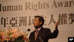 Tiến sĩ Nguyễn Đình Thắng tại lễ nhận Giải thưởng Dân chủ Nhân quyền Châu Á 2011 do Quỹ Dân chủ Đài Loan trao tặng