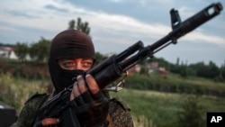 Chính phủ Ukraine đã nói có thể đồng ý ngưng bắn nếu các phần tử ly khai buông vũ khí.