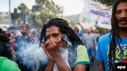 Des dizaines de milliers de Sud-Africains participent à la marche pour la légalisation du cannabis, au Cap, Afrique du Sud, 7 mai 2016. epa / NIC Bothma