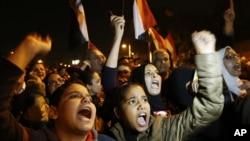Người biểu tình hô khẩu hiệu trong một cuộc biểu tình trước dinh tổng thống ở Cairo, ngày 9/12/2012.