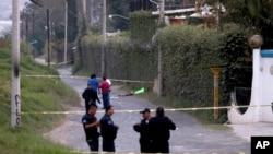 Policías del estado de Jalisco aseguran el área donde seis personas fueron encontradas con las manos cercenadas.