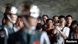 Đội quân danh dự của Đài Loan biểu diễn trước khách du lịch từ Trung Quốc tại đài tưởng niệm Tôn Trung Sơn ở Đài Bắc.