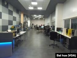 经济恶化,企业经营越来越难。莫斯科的一家电脑装潢公司办公室。(美国之音白桦拍摄)