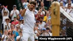 Novak Đoković slavi pobedu nad Poljakom Hubertom Hurkačom u trećem kolu Vimbldona (Foto: AP/Kirsty Wigglesworth)