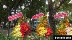 Lẵng hoa mừng Ngày Độc lập 4/7 Hoa Kỳ của cựu tù nhân lương tâm Bùi Thị Minh Hằng (bên phải). (Ảnh Facebook Bùi Thị Minh Hằng)