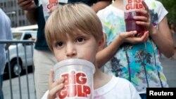 Bé trai Benjamin Lesczynski, 8 tuổi, cầm cốc nước có ga cỡ lớn trong cuộc biểu tình phản đối đề xuất của Thị trưởng New York Michael Bloomberg.