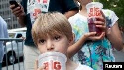 Anak-anak di New York minum minuman soda berukuran besar (foto: dok). Pengadilan banding menolak proposal Walikota Bloomberg melarang minuman soda ukuran besar.