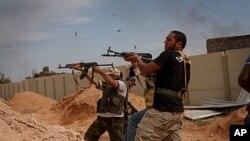 ພວກນັກລົບຂອງຝ່າຍປະຕິວັດລີເບຍ ໂຈມຕີກຳລັງນິຍົມກາດດາຟີ ທີ່ເມືອງ Sirte ບ້ານເກີດຂອງທ່ານ (7 ຕຸລາ 2011)