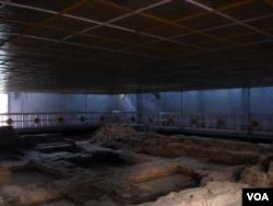 Đền Hoàng Hậu Maya, di tích xác nhận nơi Đức Phật được sinh ra. (Hình: Tước Nguyễn)