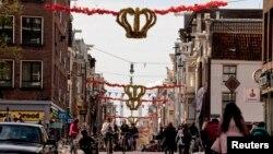Ðường phố được trang trí với vương miện vàng và biểu ngữ màu đỏ, trắng và xanh tại trung tâm thành phố Amsterdam.