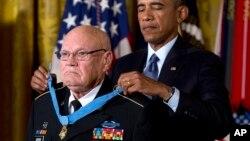 Shugaba Barack Obama yana karrama Saje Bennie G. Adkins