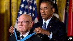 Presiden Barack Obama menyerahkan medali kehormatan kepada Sersan Mayor (purn.) Bennie G. Adkins di Gedung Putih (15/9).