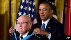 奧巴馬向退役陸軍司令部軍士長艾德金斯頒發榮譽勳章