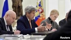 Ngoại trưởng Mỹ John Kerry (thứ 2-bên trái) phát biểu trong cuộc họp với Tổng thống Nga Vladimir Putin tại điện Kremlin ở Moscow, ngày 24 tháng 3 năm 2016.