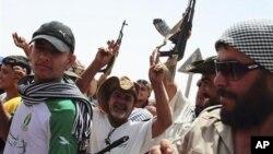 利比亞反叛力量星期六在營地裡慶祝他們取得的進展