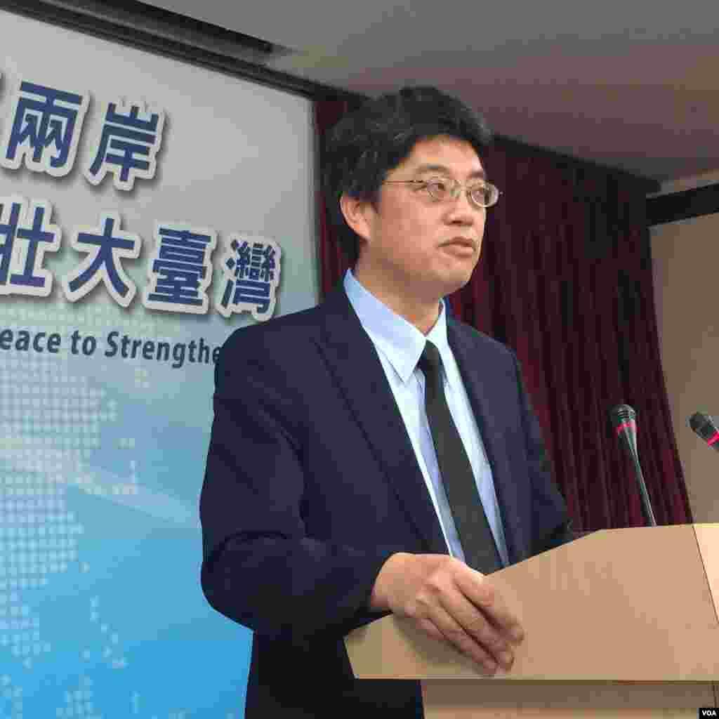 台湾新政府行政院陆委会副主委邱垂正2016年5月26日以发言人身份首次召开记者会。(美国之音齐勇明拍摄)
